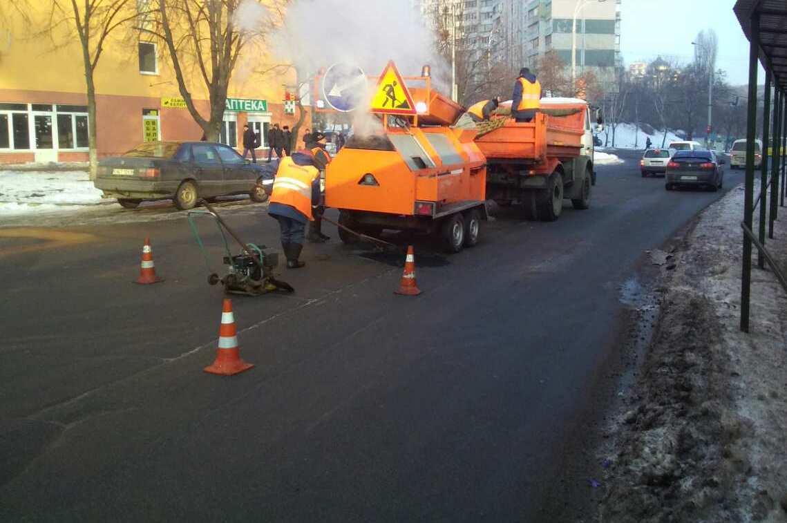 ВКиеве коммунальщики ремонтируют дороги— Мороз непомеха