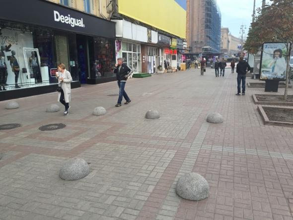 С тротуаров  Крещатика продолжают вытеснять машины