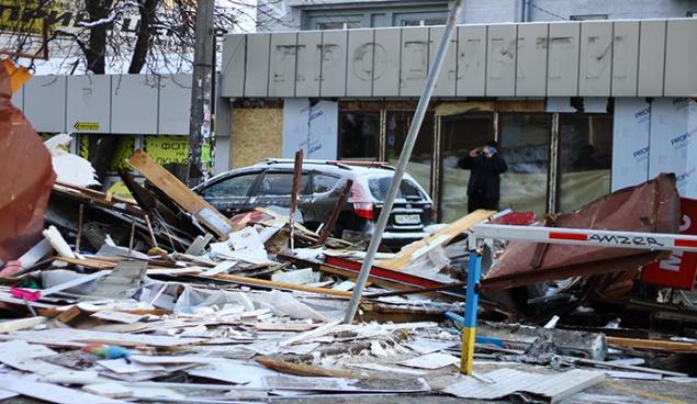 ВКиеве снесли МАФы возле метро Политехнический институт