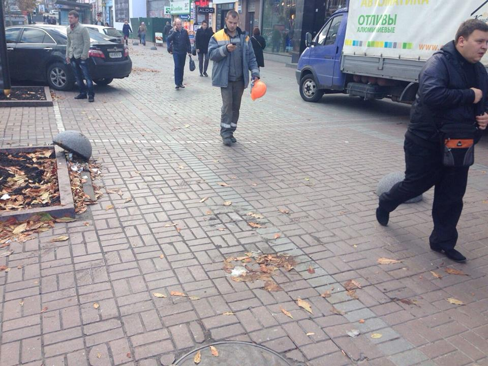 С пешеходной зоны Крещатика срывают полусферы и паркуют машины
