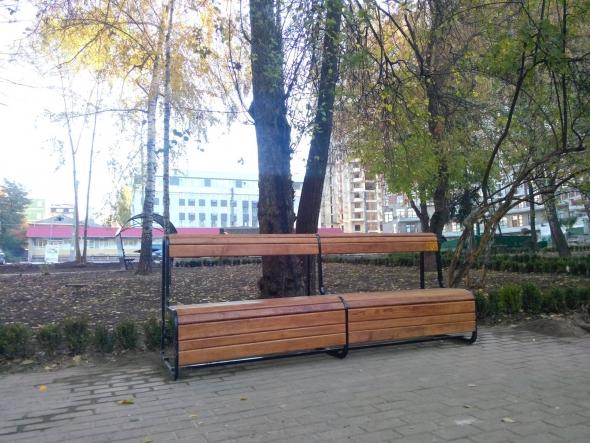 В парке Гончара появилась именная скамейка