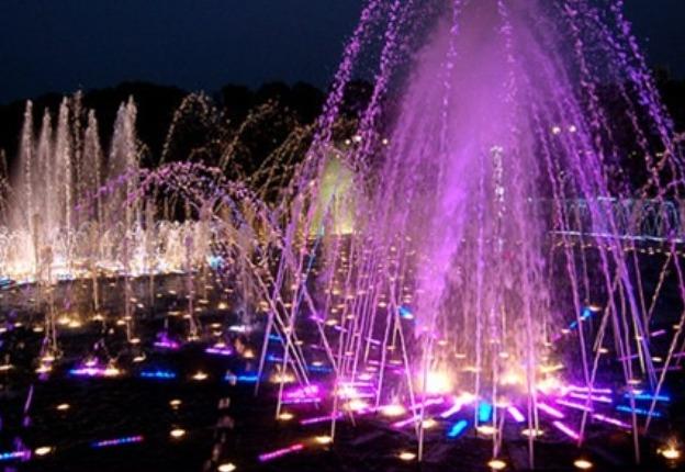 ВКиеве под дождем запустили отреконструированные фонтаны наРусановке