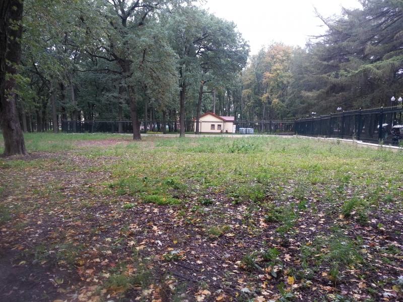 Забор парка Горького огибает участок странным образом