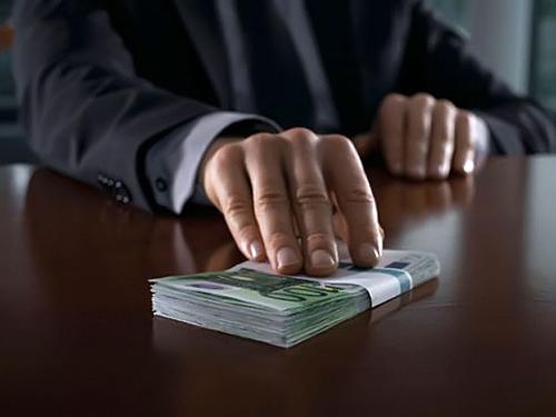 Столичного налоговика будут судить за взятку