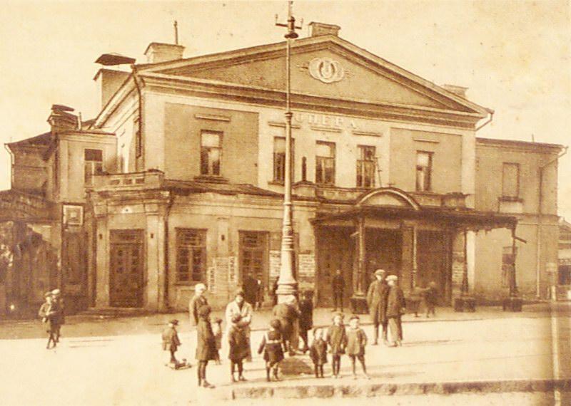 В1890 году купеческое общество передало здание оперному театру