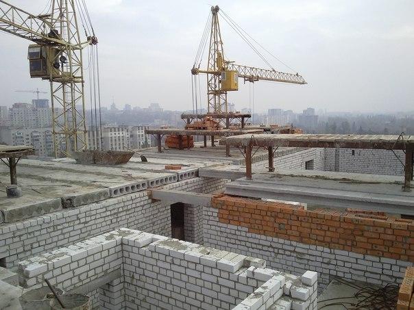 Ведутся работы по установке межкомнатных перегородок 5-го этажа и работы по перекрытию железобетонными плитами 12-го этажа