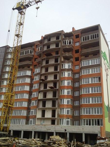 Ведутся работы по монтажу оконных рам 11 этажа и фасаду здания