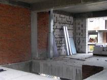 Монтаж лестничных маршей в таунхаусах и устройство вентиляционных каналов.